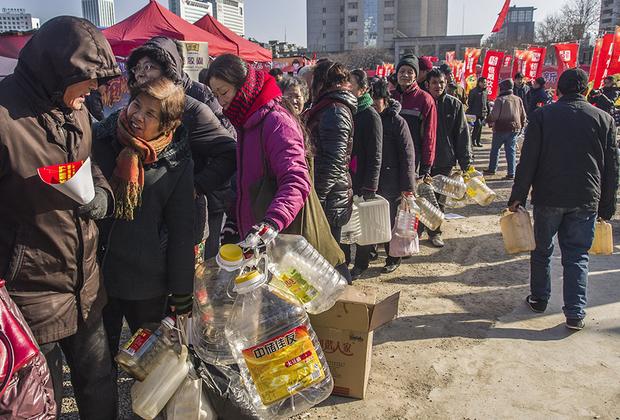 Китайцы обожают толпиться и стоять в очередях просто так. Даже если в конце ожидания ничего особенного они не получат. Им нравится сам процесс. Пришел с утра пораньше за соевым соусом с баклажкой и стой себе спокойно часов пять.