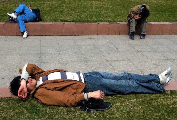 Китайцам жизненно необходим послеобеденный сон, однако далеко не всем удается провести это время дома. Поэтому по всему Китаю в полуденное время во всевозможных позах и в совершенно не пригодных для этого местах валяются задремавшие китайцы. Кто-то на лавочке, кто-то в парке, а некоторые прямо на рабочем месте.