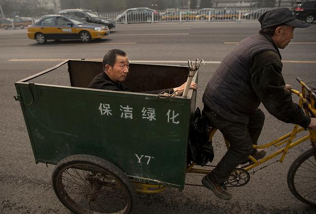 Водят китайцы как сумасшедшие: гоняют по встречке, на полном ходу сдают задом на оживленном шоссе, неожиданно начинают разворачиваться в неположенном месте, тормозя все движение и создавая жуткие пробки. Для них не существует никаких правил, кроме как «не убиться», да и это соблюдать получается не всегда.