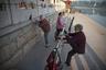 Каждое утро в любом парке Китая можно встретить пожилых людей, которые согнувшись пополам ритмично ходят задом наперед и прихлопывают ладошками то впереди себя, то за спиной. Такая зарядка, по их мнению, снижает напряжение мышц спины и поясницы, а также способствует нейрогенезу, так как требует больше умственных усилий.