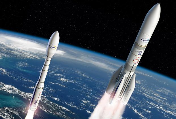 """Европейский носитель Ariane 6 получит две конфигурации: среднетяжелую A62 (с двумя твердотопливными ускорителями от легкой ракеты Vega C) и тяжелую A64 (с четырьмя ускорителями). В первом случае на геопереходную орбиту будет выводиться до пяти тонн полезной нагрузки, во втором — до 10,5 тонны. <br> <br> В перспективе A62 заменит российский средний «Союз-СТ-Б», запускаемый с космодрома Куру, а A64 после 2023 года окончательно вытеснит европейскую тяжелую Ariane 5. К настоящему времени Ariane 6 получила контракты на три пуска. <br> <br> На пять лет разработки ракеты и соответствующей инфраструктуры выделено 3,6 миллиарда евро. Основной вклад в проект вносит Франция (52 процента). На втором месте — Германия (22 процента). Контракт на разработку Ariane 6 подписан в 2015 году, дизайн носителя определен в 2016 году. В создании ракеты участвуют аэрокосмические компании ASL (Airbus Safran Launchers) и ELV (Ensemble de Lancement Vega), в развертывании стартовой площадки — французский Национальный центр космических исследований. <br> <br> Издание ArsTechnica <a href=""""https://arstechnica.com/science/2018/07/the-year-2020-could-see-the-unheard-of-debut-of-four-big-rockets-or-not/"""" target=""""_blank"""">полагает</a>, что европейская ракета, хоть и одноразовая, имеет по сравнению с американскими создаваемыми носителями максимальные шансы полететь именно в 2020 году."""