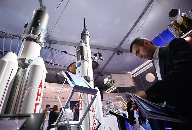 Заняв должность главы «Роскосмоса», бывший вице-премьер Дмитрий Рогозин решил еще больше поддерживать убыточный и устаревший проект «Ангара». Среди прочего чиновник заявил о намерении продолжить разработку среднего носителя «Ангара-А3», работы над которым были свернуты несколько лет назад. <br> <br> Сегодня «Ангара» представляет собой абсолютно архаичную ракету. На ее первой ступени стоит упрощенная версия продаваемого в США двигателя РД-180, созданного на основе советского РД-170. Вторая ступень носителя получила силовой агрегат от «Блока И» ракеты «Союз-2». При этом стоимость тяжелой версии «Ангары» составляет 100 миллионов долларов, что более чем в полтора раза дороже «Протон-М» и Falcon 9. <br> <br> «Центр Хруничева» создает семейство «Ангара» почти четверть века, на что уже ушло 110 миллиардов рублей (в ценах 2013 года). Примечательно, что это не помешало предприятию, тщательно курируемому Рогозиным последние семь лет, остаться с долгом в 100 миллиардов рублей и до сих пор просить и продолжать получать государственные субсидии.