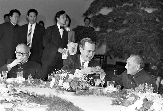 41-й президент США Джордж Буш-старший и формальный руководитель Китая в 1970-1990-х Дэн Сяопин