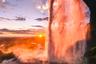 Норвежец Александр Хенриксен часто фотографирует природу и знает, что в этом деле важнее всего найти красивое место. Когда он снимал Сельяландсфосс, об этом можно было не волноваться. Один из самых известных водопадов Исландии хорош с любого ракурса, а во время заката — особенно.