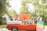 «Семь дурней на винтажном спорткаре» — это девиз страницы Ким Макнамары из Атланты в Instagram, и содержание ему полностью соответствует. Есть и спорткар, и обещанные дурни: собаки неопределенной породы с примесью пуделя. На этом кадре они, похоже, направляются на пляж. «99 бикини, а выбрать не можем», — сообщает подпись.