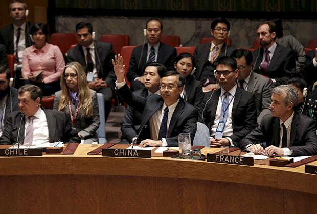 Заместитель постпреда Китайской Народной Республики при ООН Ван Минь голосует против сбора заседания Совета безопасности для обсуждения вопроса о нарушении прав человека в Северной Корее