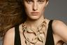 Глава ювелирного направления французского дома Hermès Пьер Арди увлекся идеей стиля XXL: колье-цепь из золота с бриллиантами Fusion поражает воображение гигантскими размерами звеньев. Колье можно дополнить серьгами из того же набора.