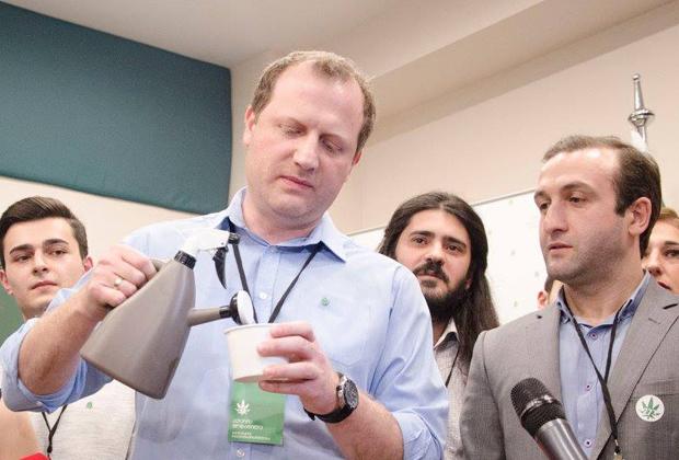 Зураб Джапаридзе сажает коноплю в штаб-квартире «Гирчи»