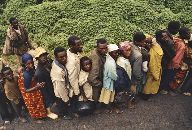 Тутси, которым удалось избежать гибели, хлынули в Заир. Вместе с ними к соседям под видом беженцев перебрались и представители хуту, замешанные в геноциде.