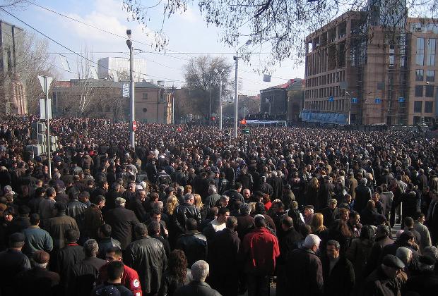 Несогласные с подсчетом голосов в ходе выборов президента Армении вышли на улицы Еревана. 1 марта 2008 года