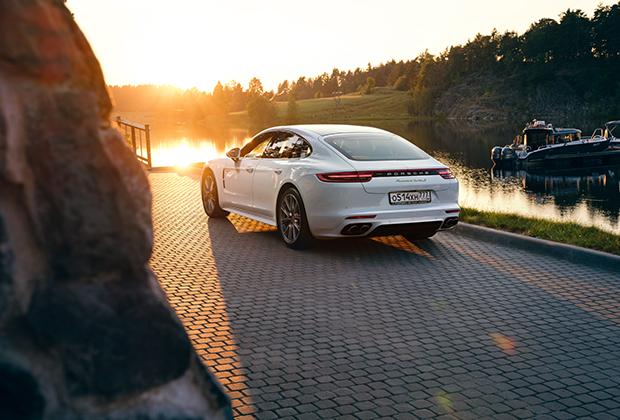 Porsche Panamera Turbo S E-Hybrid — не просто флагманская версия, а один из мощнейших в мире гибридов. Суммарная отдача би-турбо двигателя V8 4.0 и электромотора составляет 680 лошадиных сил и 850 ньютон-метров. Panamera не только умеет набирать 100 километров в час за фантастические 3,4 секунды, но и расходует при этом лишь 2,9 литра на 100 километров.