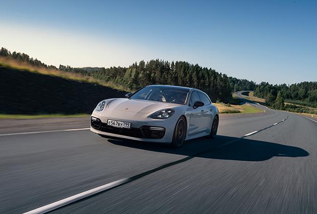 Дуэт бензинового двигателя и турбомотора обеспечивает динамику, не угасающую и после 100 километров в час. Отметку в 200 километров в час Turbo S E-Hybrid преодолеет спустя 8,5 секунды, а прекратится разгон лишь при наборе 310 километров в час, что делает версию Sport Turismo самым быстрым в мире универсалом.