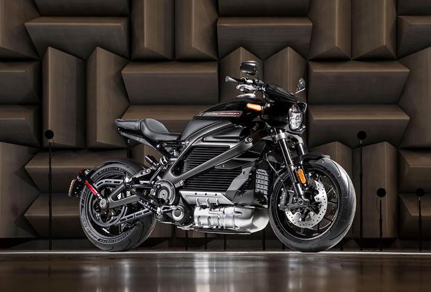 """Мастодонт моторынка американская Harley-Davidson в конце июля <a href=""""https://www.cnet.com/roadshow/news/harley-davidson-electric-livewire-motorcycle-2019/"""" target=""""_blank"""">сообщила</a>, что намерена значительно диверсифицировать линейку байков, разбавив их электрическими версиями. Модель LiveWire должна выйти на производственные мощности в течение ближайших 18 месяцев. Компания рассчитывает таким образом привлечь более молодую аудиторию потребителей. Купить «электрохарлей» можно будет уже в 2019 году."""