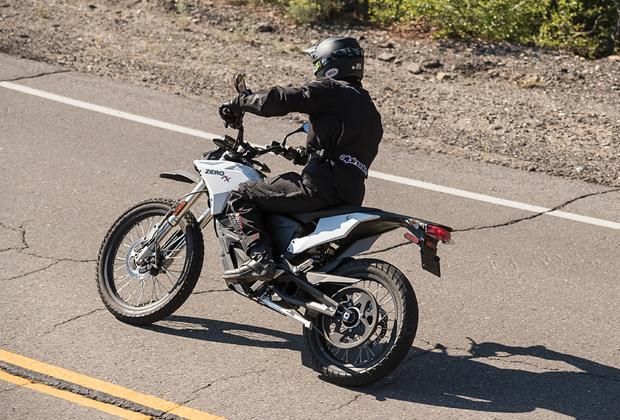 """Zero Motorcycles — это Tesla в мире байков.  Стартап, основанный в 2006 году бывшим инженером НАСА Нилом Саики в Калифорнии, быстро вырвался в лидеры рынка и во многом стал причиной закрытия проекта Victory Motorcycles, хотя похвастать модельным рядом компания и не могла. Сейчас Zero <a href=""""http://www.zeromotorcycles.com/"""" target=""""_blank"""">предлагает</a> четыре модели электроциклов. Изображенный на фото FX можно, кстати, <a href=""""https://moscowteslaclub.ru/moto-zero/439/"""" target=""""_blank"""">купить</a> всего за 1,3 миллиона рублей. Максимальная скорость составляет 137 километров в час, без подзарядки на нем можно проехать 113 километров."""