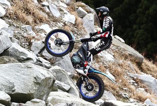 """Если американский концерн нацелен исключительно на деньги, то японская Yamaha больше заинтересована в спортивной составляющей. Yamaha TY-E — специально созданный байк для триала весом всего в 70 килограммов. Для продвижения своего детища компания выступит на кубке FIM Trial-E Cup — соревновании только для электробайков. При этом у Yamaha уже есть и спортивные электробайки: модели <a href=""""https://www.cycleworld.com/2015/11/04/yamaha-pes2-and-ped2-electric-motorcycle-concepts-revealed-at-2015-tokyo-motor-show"""" target=""""_blank"""">PES2 и PED2</a>."""