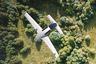 """Немецкие разработчики <a href=""""https://lilium.com/"""" target=""""_blank"""">не отстают</a> от американских коллег-конкурентов. Компания Lilium продвигает свои версии двух- и пятиместной летающих машин. Немцы рассчитывают, что их авто станет первым воздушным такси. На сайте компания отмечает, что с помощью Lilium Jet вы сможете добраться из Лондона в Париж всего за час, а максимальная скорость летающего авто составит 300 километров в час — «скорость, аналогичная Формуле-1». Также Lilium планирует создать мобильное приложение — аналог Uber для летающих такси. Правда, летающий автомобиль от Lilium создан пока только в единственном экземпляре."""