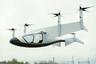 """На недавнем авиасалоне в Фарнборо рабочий концепт электрического воздушного авто <a href=""""https://www.rolls-royce.com/media/our-stories/discover/2018/blue-sky-thinking-rr-unveils-evtol-concept-at-farnborough-airshow.aspx"""" target=""""_blank"""">представила</a> британская Rolls-Royce. Летательный аппарат использует газовую турбину, чтобы вырабатывать электричество; возможен и вариант с зарядкой батареи. Гибридная версия двигателя может транспортировать до пяти человек со скоростью 250 миль в час (400 километров в час) на протяжении примерно двух часов. Компания верит, что концепт позволит ей занять лидирующие позиции на новом рынке."""