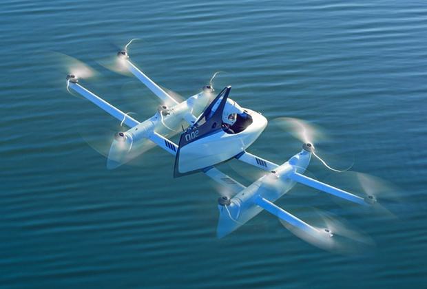 """Компания сооснователя Google и одного из самых богатых людей планеты Ларри Пейджа Kittyhawk намерена вывести на рынок сразу <a href=""""https://kittyhawk.aero/"""" target=""""_blank"""">два продукта</a> — персональный летательный аппарат Flyer и летающее такси Cora. Индивидуальный аппарат весит 114 килограммов, <a href=""""https://www.theverge.com/2018/6/9/17438012/kitty-hawk-flying-flying-car-vtol-larry-page"""" target=""""_blank"""">оснащен</a> десятью пропеллерами и управляется с помощью двух джойстиков. Максимальная скорость полета машины — 33 километра в час, она ограничена системой, чтобы не навредить пилоту."""