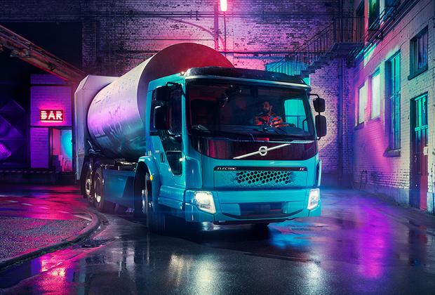 """Шведская Volvo может похвастать своими наработками электротягачей. У компании уже есть версия <a href=""""https://www.popmech.ru/vehicles/news-419032-prezentovan-pervyy-elektrogruzovik-volvo/"""" target=""""_blank"""">грузовика</a>, <a href=""""https://www.popmech.ru/vehicles/news-423002-predstavlen-pervyy-elektricheskiy-musorovoz-volvo/"""" target=""""_blank"""">мусоровоза</a> (на фото) и <a href=""""https://www.carscoops.com/2018/01/volvo-go-teslas-semi-electric-truck-2019/"""" target=""""_blank"""">электротягача</a>. Все версии в настоящее время проходят испытания, а на дорогах появятся уже в 2019 году."""