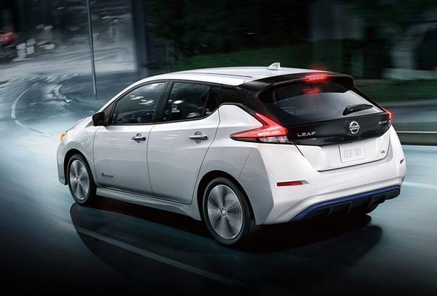 """Невзирая на множество стартапов, новых компаний и брендов, лидерство в самом массовом сегменте электрических средств передвижения — легковых автомобилей — сохраняет компания Nissan и ее модель Leaf, которая недавно пережила тотальное обновление. Более того, она остается одним из самых доступных электрокаров и возглавляет рейтинг самых продаваемых электрокаров планеты. Однако в спину Nissan <a href=""""https://www.bloomberg.com/news/articles/2018-05-21/gas-guzzlers-set-to-fade-as-china-sparks-surge-for-electric-cars"""" target=""""_blank"""">дышит</a> Tesla, которая уже полгода пытается нарастить производство своей бюджетной версии — Tesla Model 3."""