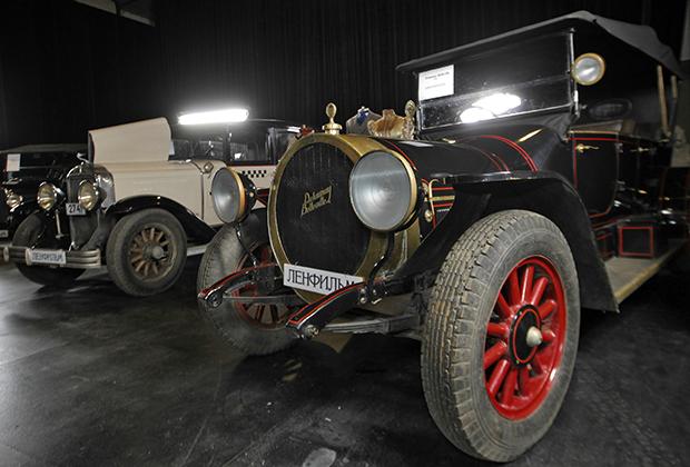 На основе шасси Rolls-Royce Silver Ghost построили уникальные в своем роде автомобильные сани. Из-за этого скорость снизилась со 135 километров в час до 60