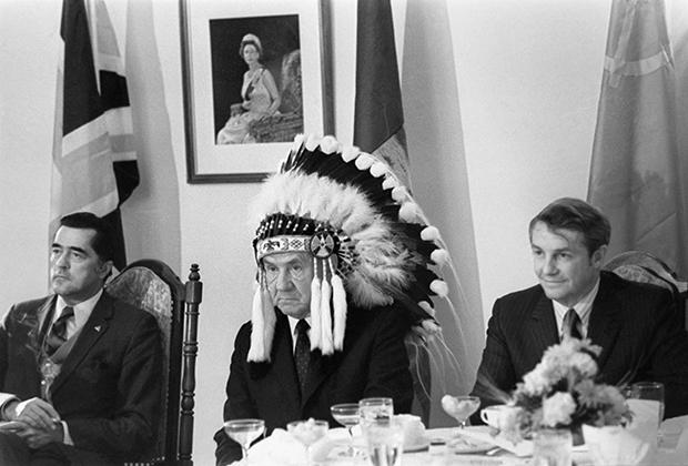 Председатель Совета Министров СССР Алексей Косыгин на встрече с индейскими вождями в Канаде. 1971 год