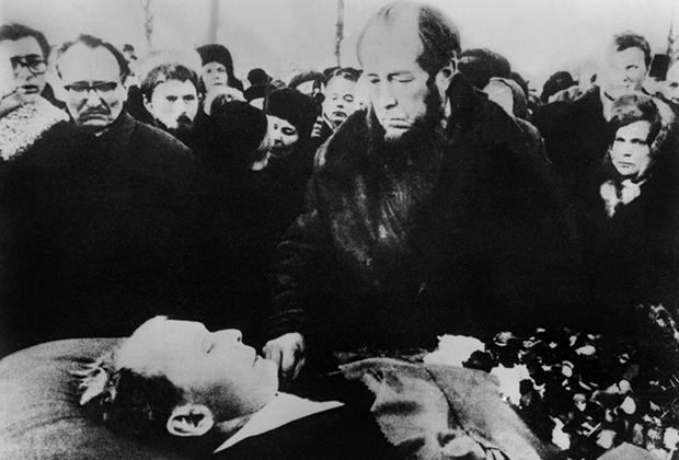 Александр Солженицын прощается с Александром Твардовским. Москва, Новодевичье кладбище, декабрь 1971 года