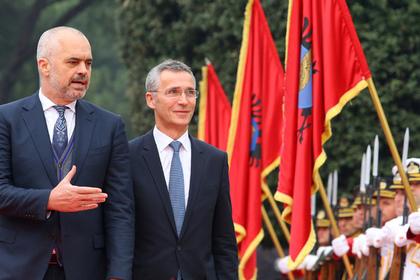 Премьер-министр Албании Эди Рама (слева) и генеральный секретарь НАТО Йенс Столтенберг (справа)
