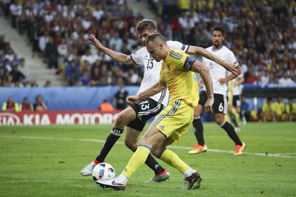 Вячеслав Шевчук против игрока сборной Германии Томаса Мюллера
