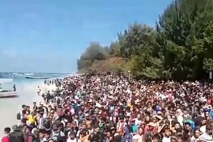 Толпы спасающихся от землетрясения людей попали на видео