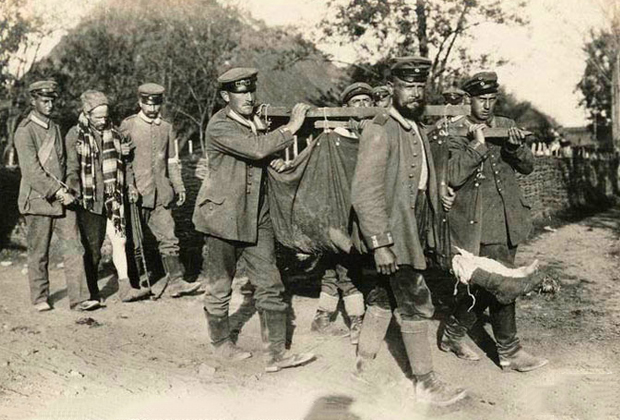 Эвакуация раненого русского солдата с поля боя