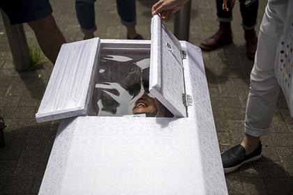 Кореянка закрылась в гробу на удачу и задохнулась