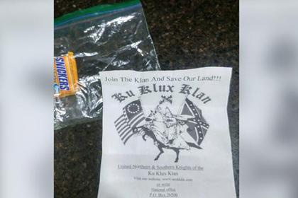Ку-клукс-клан заподозрили в заманивании детей конфетами