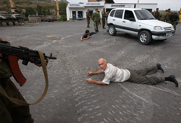 Российские солдаты на контрольно-пропускном пункте в грузинском городе Гори задержали мужчин, перевозивших в автомобиле оружие