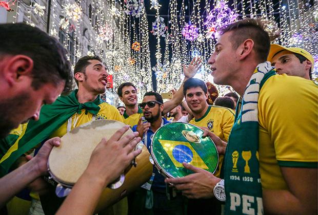 Болельщики на Никольской улице во время чемпионата мира