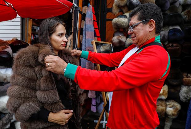 Турист, приехавший на ЧМ-2018, покупает сувениры на территории Измайловского кремля