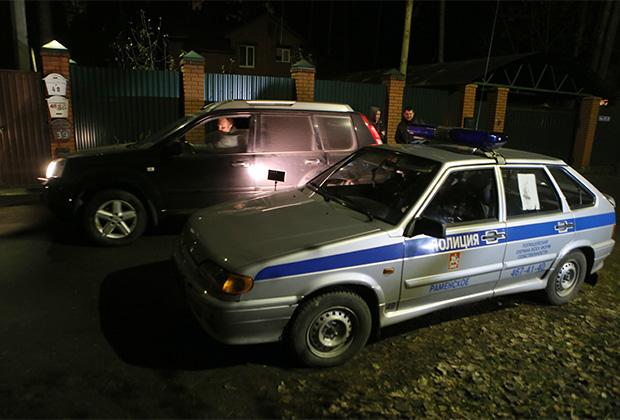 Струдники правоохранительных органов в поселке Удельная Раменского района Подмосковья работают на месте задержания участников банды GTA