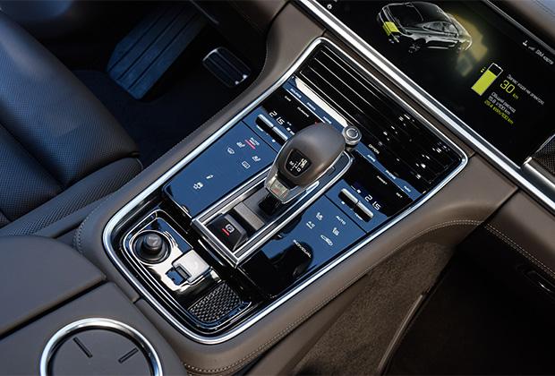 Главная фишка в интерьере любой Porsche Panamera нового поколения — полностью сенсорная центральная консоль. В ответ на нажатие консоль вибрирует, подтверждая, что вы не промахнулись мимо сенсорной клавиши. Одна беда — панель быстро покрывается отпечатками пальцев.