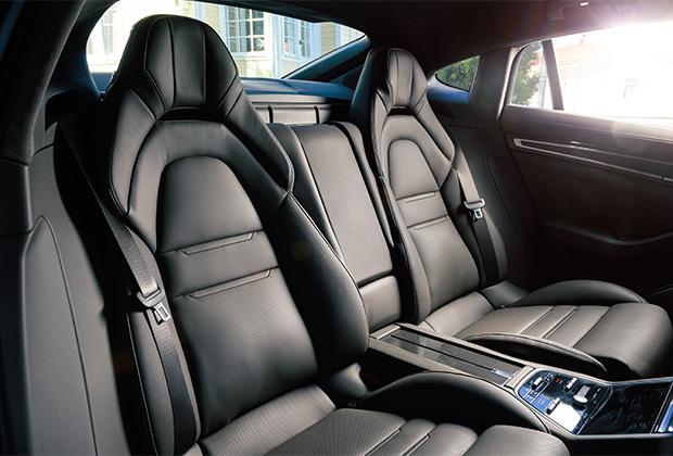 В отличие от хэтчбека, который бывает исключительно четырехместным, Panamera Sport Turismo доступна и в пятиместной конфигурации. Впрочем, в узеньком центральном сиденье комфортно себя чувствовать будет разве что дамская сумочка.
