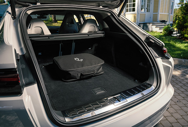 Багажник Panamera Sport Turismo больше, чем у хэтчбека на 20 литров. Если сложить задний ряд сидений, то универсал станет вместительнее на 86 литров. Багажник флагманской версии Turbo S E-Hybrid вне зависимости от кузова меньше на 95 литров из-за тяговой батареи: 425 литров у универсала и  405 литров у хэтчбека.