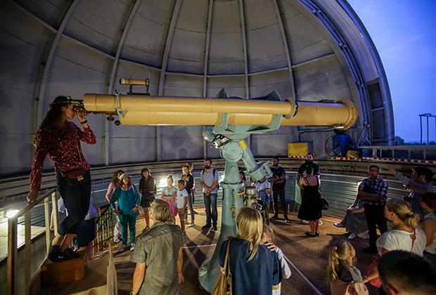 Экскурсия любителей астрономии в Пулковскую обсерваторию в ходе знаменитого Пулковского фестиваля наук и искусств «Пулковский меридиан» на единственный работающий в Пулково инструмент —  сверхдлиннофокусный астрограф, способный разглядеть ярчайшие  звезды даже в белые ночи в июне.