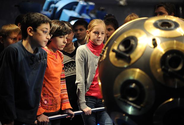 Ученики астрономического кружка у экспоната в одном из залов Московского планетария.