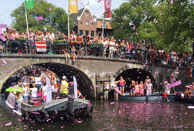 Pride-парад — разодетые дядьки и тетьки, все танцуют и радуются. Лайфхак: заплатить одному из хозяев домов на воде и не толкаться с остальными зрителями.