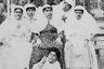 Внучка шаха Исмат аль-Мулюк и ее родственницы строят рожи перед камерой. В Instagram и не такое увидишь, но в XIX веке с фото не шутили. Чтобы снимок удался, людям приходилось несколько минут неподвижно сидеть перед камерой с постным лицом. Но принцессам закон не писан, особенно в тех случаях, когда под покрывалом камеры прячется собственный дедушка.
