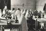 """Несмотря на традиционную одежду и покрывала на голове, девушки в женской школе изучают самую передовую науку того времени, а класс оборудован микроскопами — недешевое удовольствие. На <a href=""""https://iiif.lib.harvard.edu/manifests/view/ids:14354455"""" target=""""_blank"""">другом фото</a> школьницы одеты уже в европейское платье."""