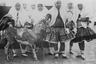 Группа женщин с козой в андаруни (внутренних покоях) дворца шаха. Покрывала на их головах удивительным образом сочетались с мини-юбками, которые вызвали бы скандал в любой европейской столице того времени.