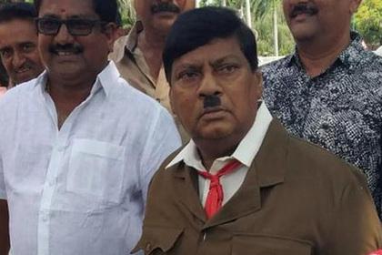 Индийский политик нарядился в Гитлера и пришел на работу