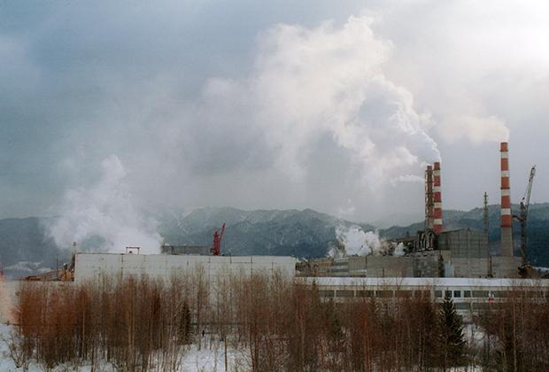 Отходы производства , содержащие разнообразные, в том числе высокотоксичные соединения, поступают в озеро Байкал. Экологи требуют немедленно закрыть вредное производство. На снимке: работает БЦБК. Фото Владимира Саяпина /ИТАР-ТАСС/.