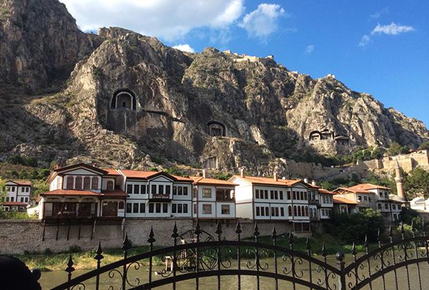 В Амасье находятся руины старинной византийской крепости и гробницы царей, вырубленные в скалах еще в античные времена
