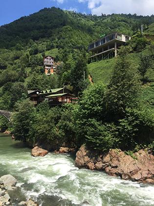 В Ризе множество живописных дугообразных мостов, озер с холодной водой, бурных рек, замков и изумрудных плато